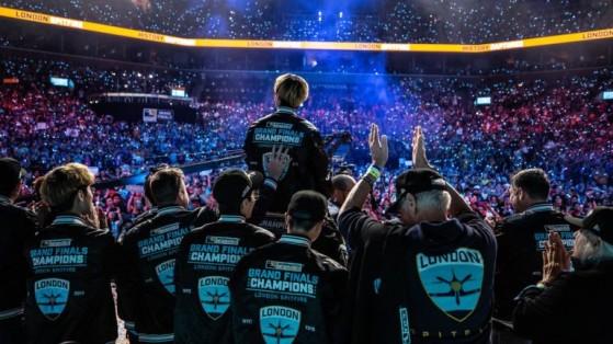 London Spitfire et son staff, première équipe championne de l'Overwatch League (2018). @Robert Paul - Millenium