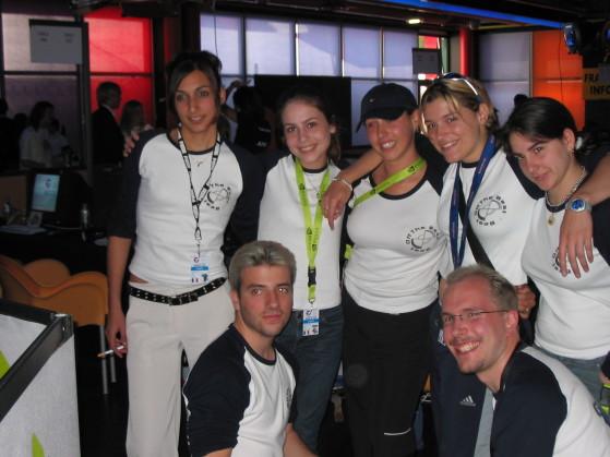 Les btb (de gauche à droite : NiNa, Tkz, RiTTa, KiRa, MiTsu) avec leur coach de l'époque, MoMaN (ESWC 2004) - Millenium