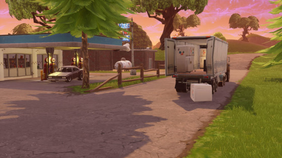 Dans un camion garé devant une station service au sud-est de Retail Row - Fortnite : Battle royale