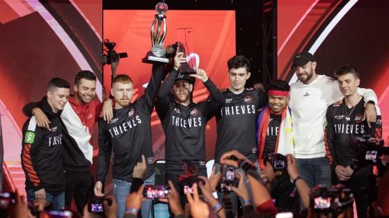 100 Thieves soulevant le trophée de vainqueur du Major d'Anaheim 2019, en juin dernier - Millenium