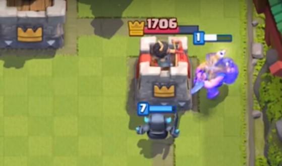 Le mineur a été placé au préalable pour tanker la tour et permettre au Mini-Pekka d'infliger beaucoup de dégâts - Clash Royale