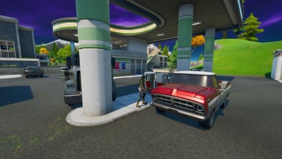 La station essence de Lazy Lake, avec de nombreux véhicules à proximité - Fortnite : Battle royale