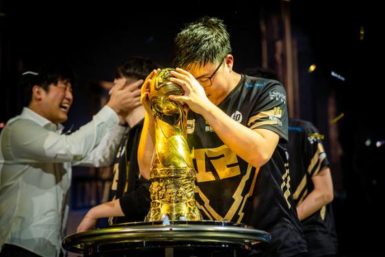 Uzi devrait être dans le roster chinois de LoL après sa victoire au MSI de Paris avec sa team RNG - Hearthstone