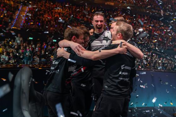 Champion d'Europe, Jankos reçoit le premier trophée majeur de sa carrière. - League of Legends