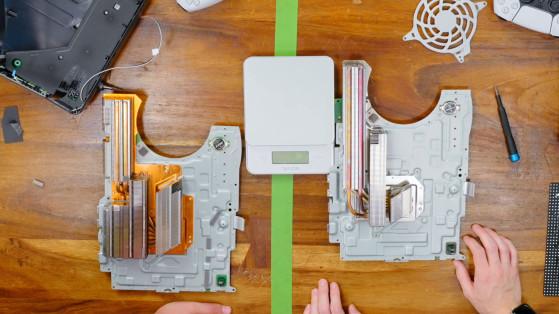 La PS5 CFI-1000 à gauche et la PS5 CFI-1100 à droite (via Austin Evans sur YouTube). - Millenium