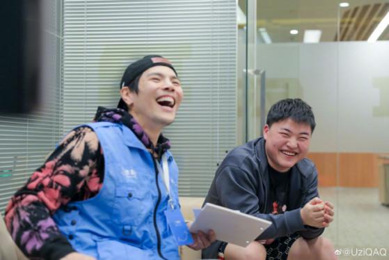 Uzi, en compagnie de l'acteur hong-kongais Jacky Heung - League of Legends