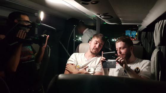 WhiTePenGoiN et Robi, en train de live sur le trajet aller du Bus Vitality pour le StarLadder Major 2019 de CS:GO - Millenium