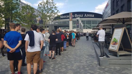 Une longue file d'attente se crée devant la Mercedes-Benz Arena dès la première journée des playoffs du tournoi - Millenium