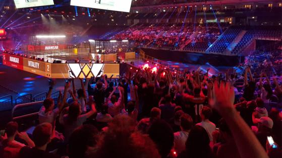 La hola Vitality, initiée par les Ultras, reprise par l'ensemble des supporters français dans la Mercedes-Benz Arena - Millenium